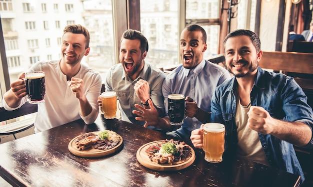 Amigos no pub Foto Premium