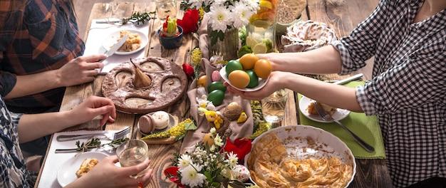 Amigos ou família em férias na mesa festiva Foto gratuita