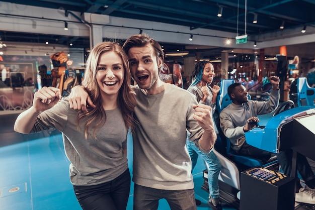 Amigos posando na câmera juntos na sala de jogos. Foto Premium