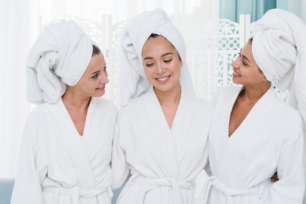 Amigos, posar, com, bathrobe, em, um, spa Foto gratuita