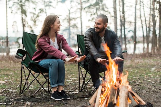 Amigos se aquecendo na fogueira Foto Premium