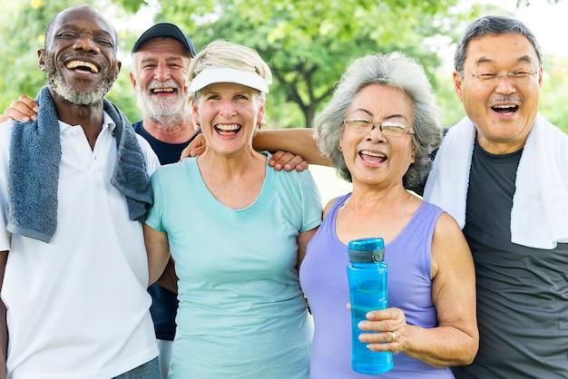 Amigos sênior, exercitando juntos Foto Premium