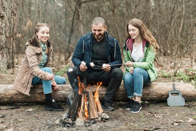 Amigos sentado na fogueira Foto gratuita