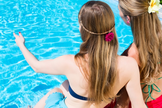 Amigos, sentando, em, piscina Foto Premium