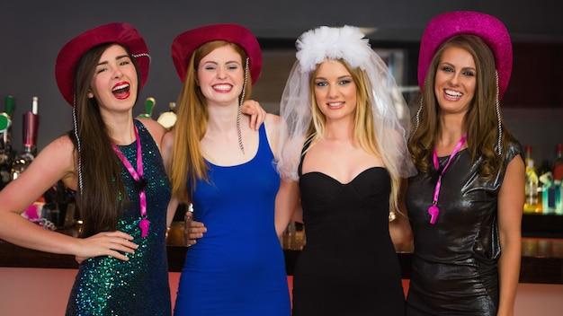 Amigos sorridentes com uma festa de galinha Foto Premium