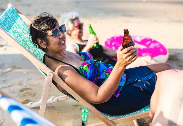 Amigos, tendo uma bebida, praia Foto Premium