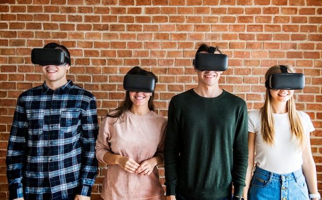 Amigos, tentando, ligado, vr, headsets Foto Premium