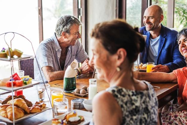 Amigos tomando café da manhã em um hotel Foto Premium
