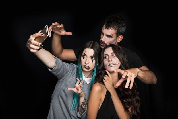Amigos tomando selfie em pose assustador Foto gratuita
