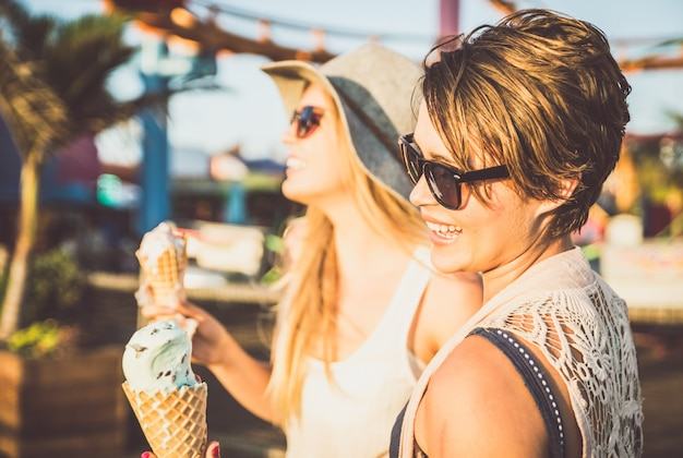 Amigos tomando sorvete ao ar livre Foto Premium