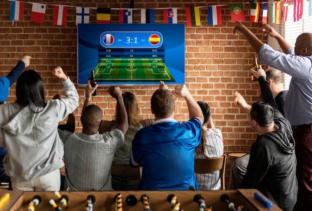 Amigos torcendo esporte no bar juntos Foto Premium