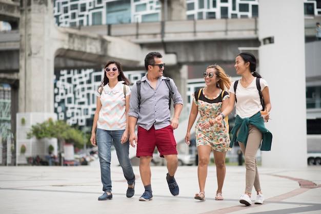 Amizade de grupo de turista andando viagem na cidade Foto gratuita