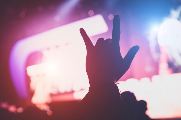 Amo a mão em concerto ao vivo dentro de casa Foto Premium