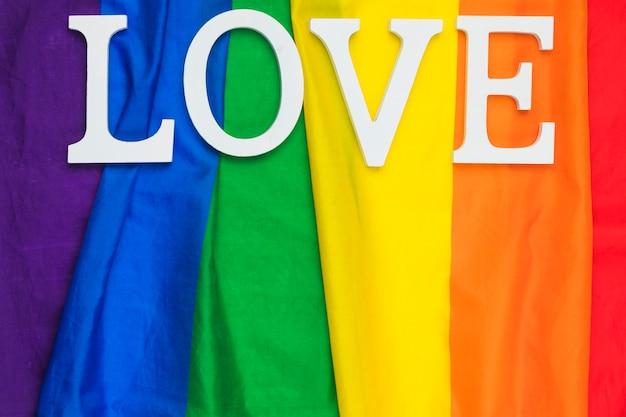 Amo a palavra lettering na bandeira do arco-íris Foto gratuita