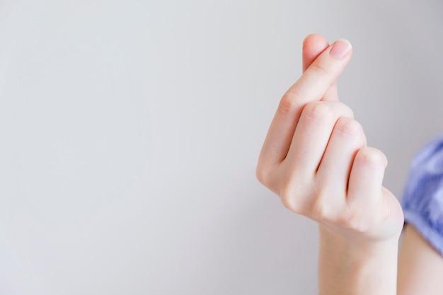 Amo o conceito de mão jovem fazendo mini coração com espaço de cópia Foto Premium