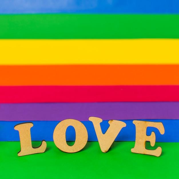 Amo palavra de madeira e bandeira lgbt Foto gratuita