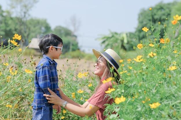 Amor e filho da mãe na natureza Foto Premium