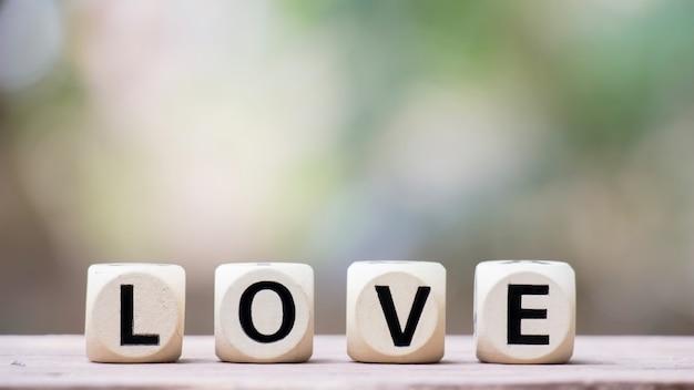 Amor em cubos de madeira para o conceito de dia dos namorados. Foto Premium