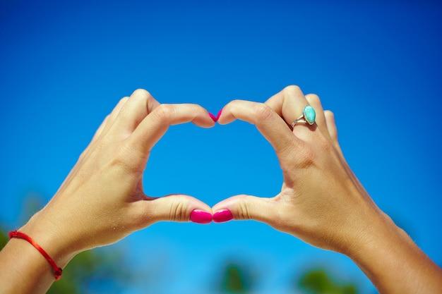 Amor no ar nas mãos Foto gratuita