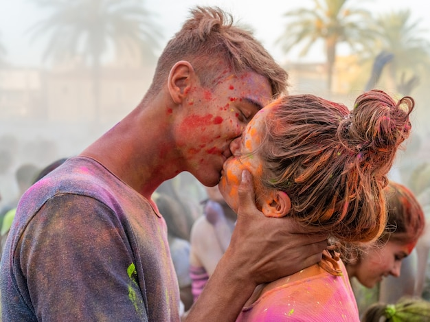 Amor no festival do holi Foto Premium