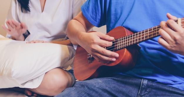 Amor, par, tocando, ukulele, e, violão, cama Foto Premium