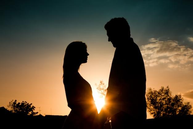 Amor, pôr do sol, par, abraçar, um ao outro Foto Premium