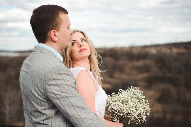 Amor, romance e conceito dos povos - abraço novo feliz dos pares Foto Premium