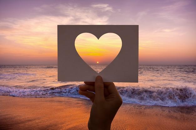 Amor romance perfurado coração de papel Foto gratuita
