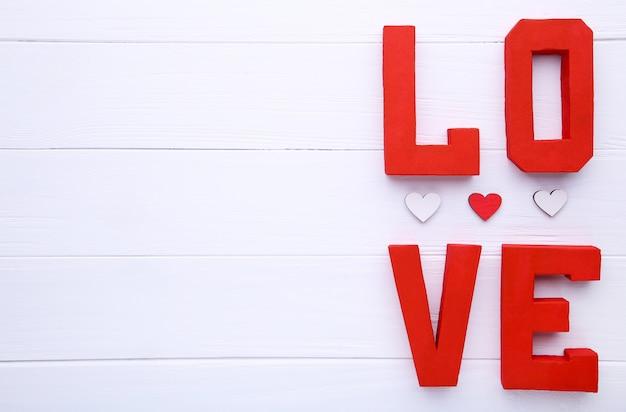 Amor vermelho das letras no fundo bege. Foto Premium