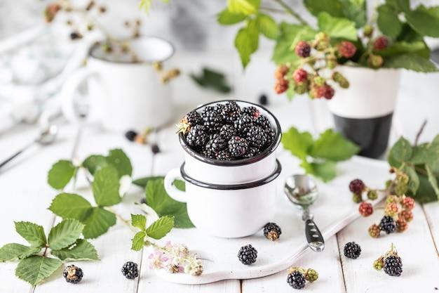 Amora-preta madura fresca em um copo cerâmico. Foto Premium