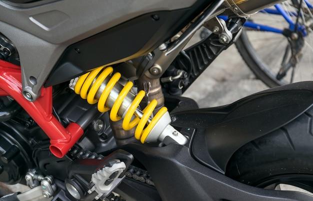 Amortecedor de motocicleta um dispositivo para absorver solavancos e vibrações, especialmente em um veículo motorizado. Foto Premium