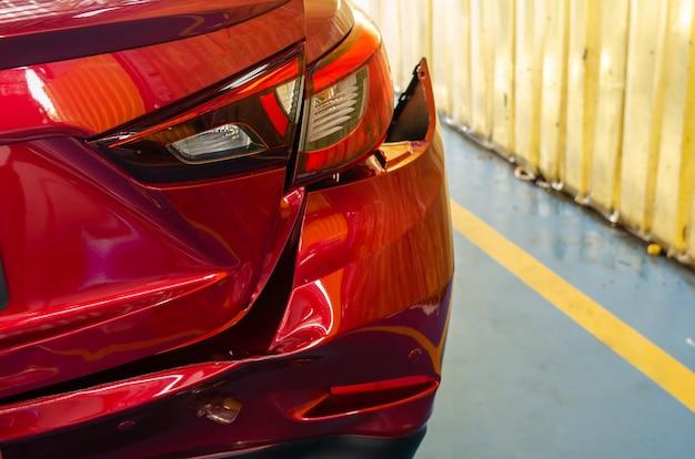 Amortecedor traseiro amolgado carro vermelho Foto Premium