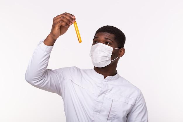 Amostras do tubo de ensaio médico na mão do médico na parede branca. Foto Premium