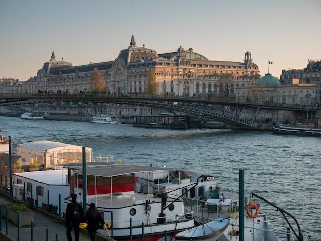 Ampla vista do rio sena, em paris. Foto Premium