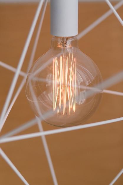 Ampola de edison e lâmpada em estilo moderno. lâmpada de lâmpada de tom morno. Foto gratuita