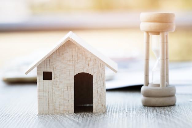 Ampulheta de madeira ou areia de vidro com casa Foto Premium