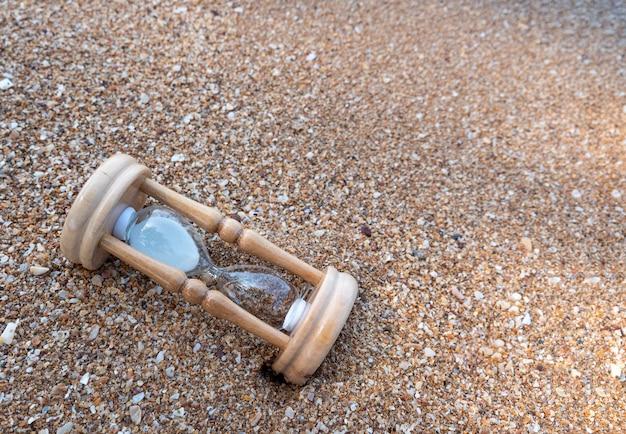 Ampulheta quebrada na praia Foto Premium