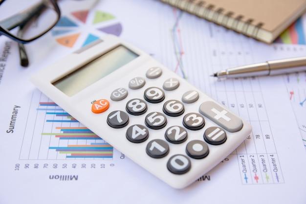 Análise de dados com calculadora, caderno e caneta Foto Premium