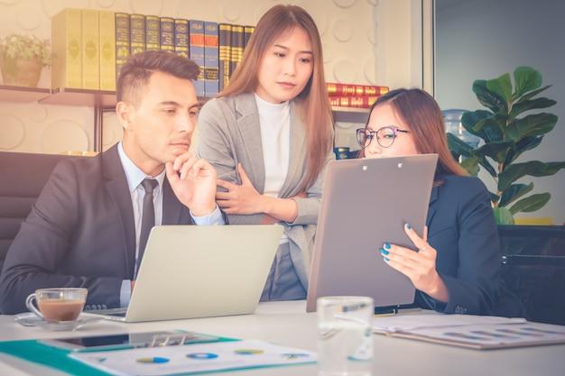 Análise do relatório financeiro e revisão da equipe do secretário discute sobre o crescimento futuro Foto Premium