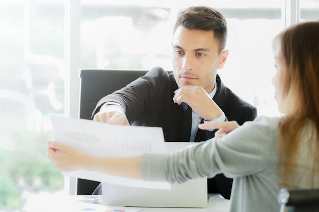 Análise do relatório financeiro: o cfo vê relatórios de resumo financeiro Foto Premium