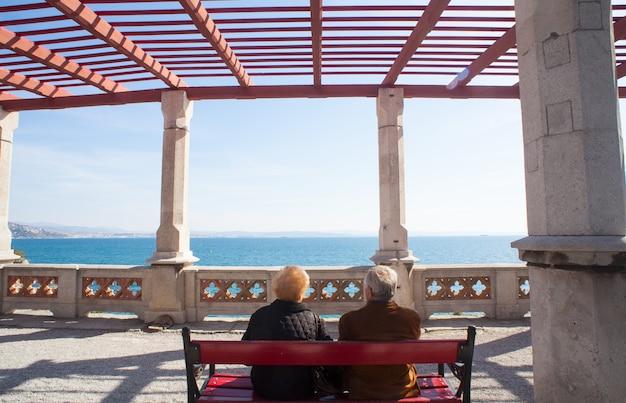 Anciãos sentados em um banco Foto Premium
