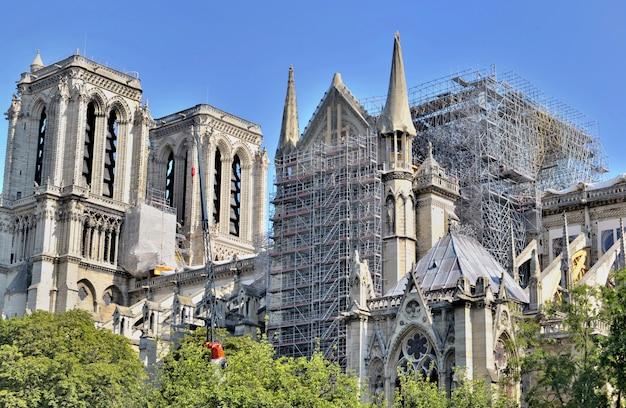 Andaime na fachada da catedral notre dame de paris após o fogo Foto Premium