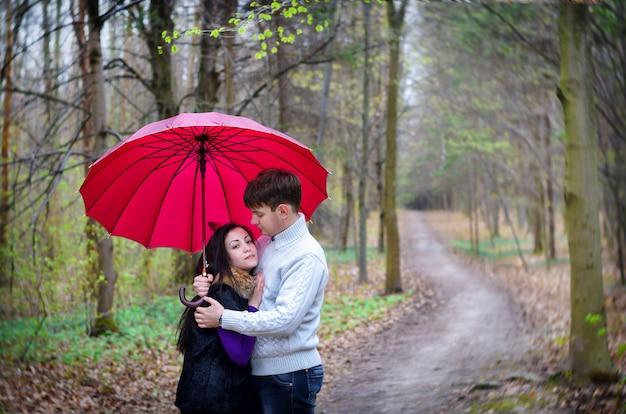 Andar caindo na chuva de guarda-chuva de amor Foto Premium