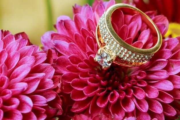 Anéis aninhados em flores rosa Foto Premium