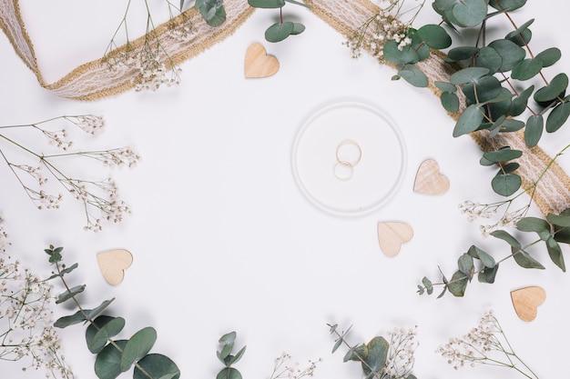 Anéis de casamento com decoração natural Foto gratuita