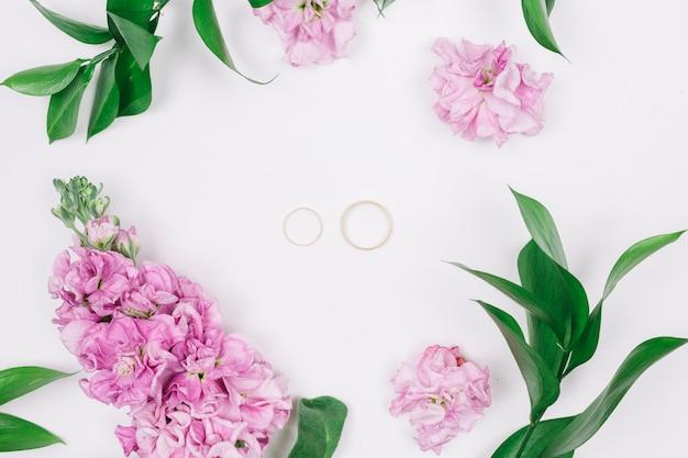 Anéis de casamento com flores Foto gratuita