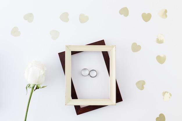Anéis de casamento com ornamentos Foto gratuita
