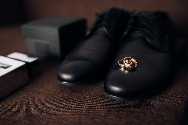 Anéis de casamento estão nos sapatos do homem Foto gratuita