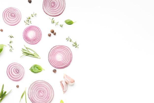Anéis de cebola com ervas aromáticas Foto gratuita