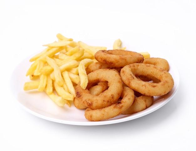 Anéis de cebola e batatas fritas em branco Foto gratuita